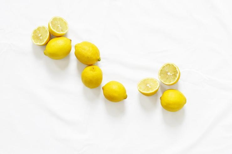 лимонный сок помогает уменьшить жирность кожи