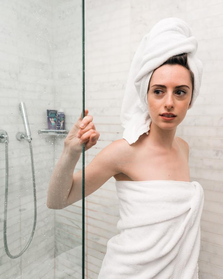 лучше всего проводить процедуры в душе - кожа под воздействием пара раскрывает поры