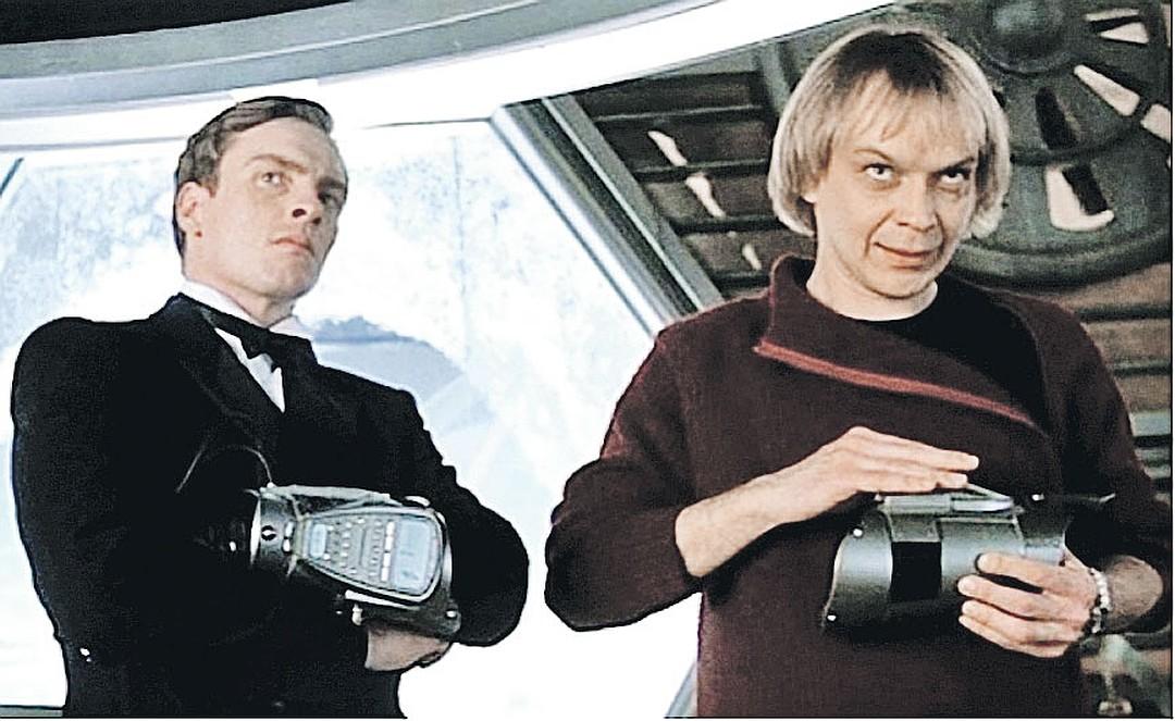 Помощник главного злодея в бондиане (Тоби Стивенс, слева) - роль, о которой Горевой мог лишь мечтать. Кадр из фильма «Умри, но не сейчас» (2002)