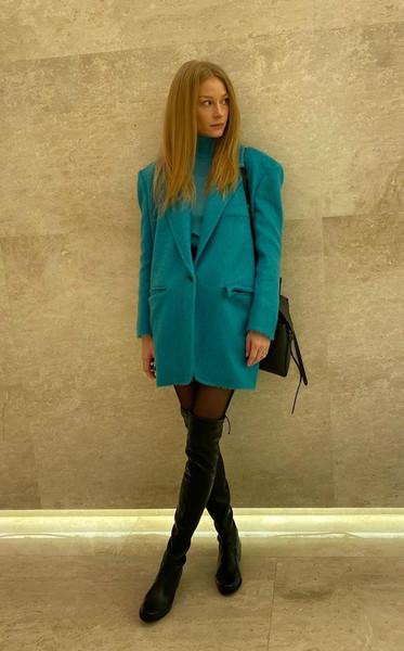 Светлана Ходченкова выбирает широкие пиджаки