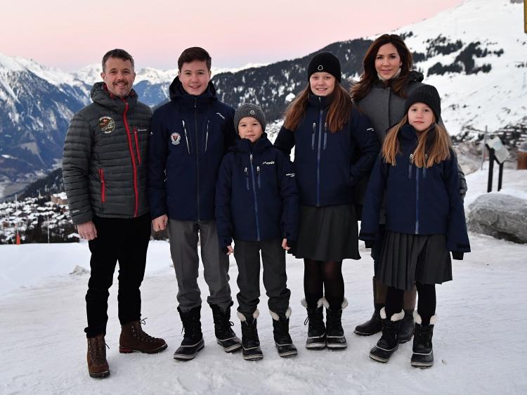королевская семья Дании во время снежного фотоколла
