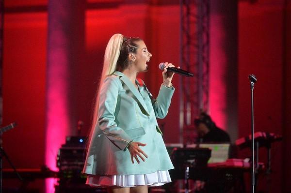 Певица вышла в просторном наряде