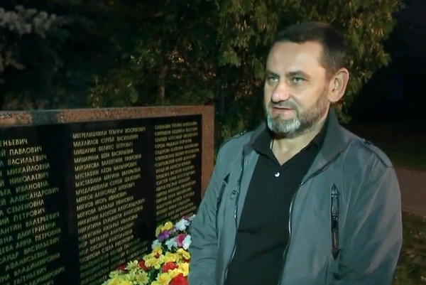 Максим Мишарин каждый месяц приходит к памятному обелиску поставить свечу
