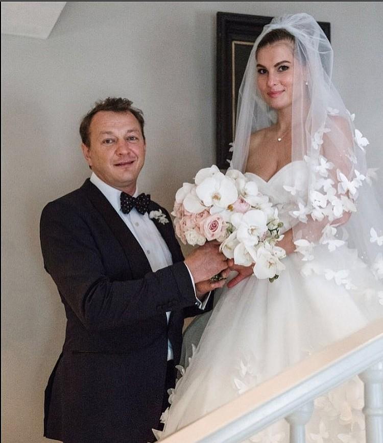 Лиза была поклонницей Марата и шесть лет ходила на спектакли своего кумира. Актер оценил преданность девушки и женился на ней. Фото: Инстаграм.