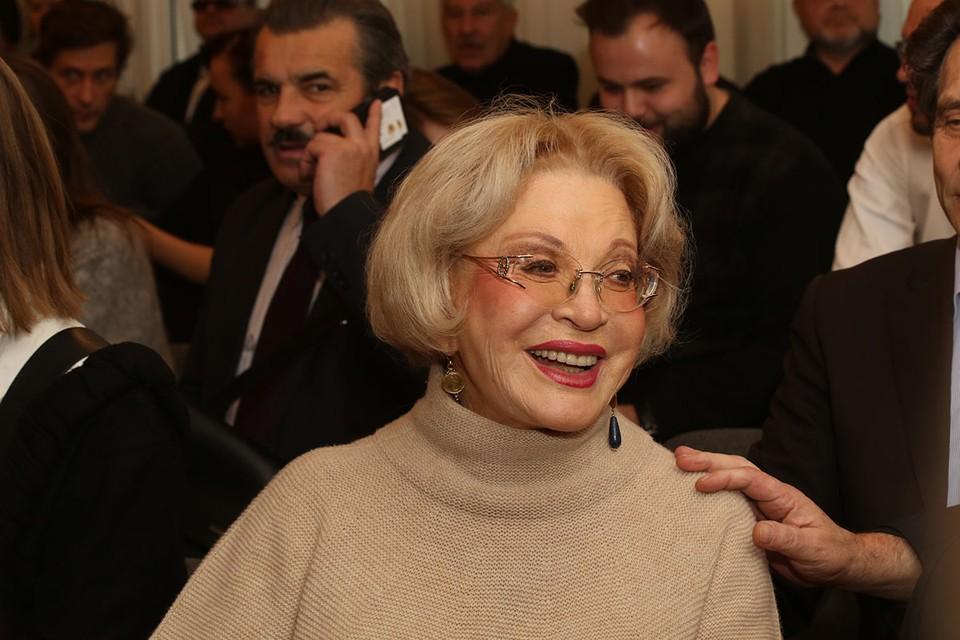 Как на сцене, так и в жизни Людмила Максакова - непредсказуемая, темпераментная, искрометная.