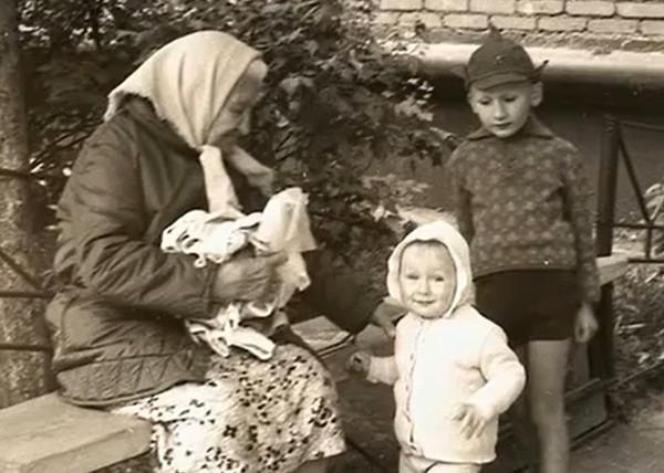 Маленькая Мария Аронова с братом и прабабушкой Марией Степановной