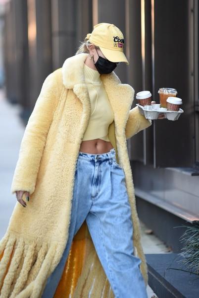 Модель подборала футболку и кепку под пальто