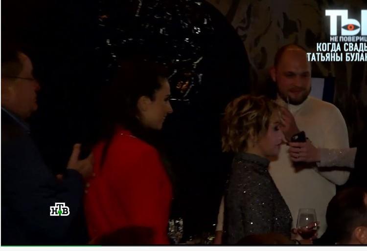 Мужчина в белой водолазке не отходил от Татьяны Булановой ни на шаг. Фото: кадр видео.