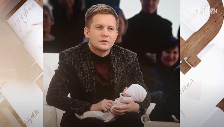 Анна выбрала для профиля Корчевникова его фото с младенцем. Фото: кадр видео.
