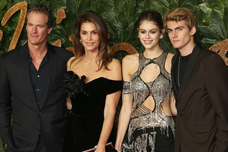 Один из друзей, получивших миллион, - бизнесмен Рэнди Гербер, муж супермодели Синди Кроуфорд и отец двоих ее детей.