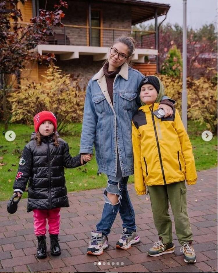 Мия и Тимофей живут с мамой, но уже познакомились с новой избранницей отца Мирославой Карпович. Фото: Инстаграм.