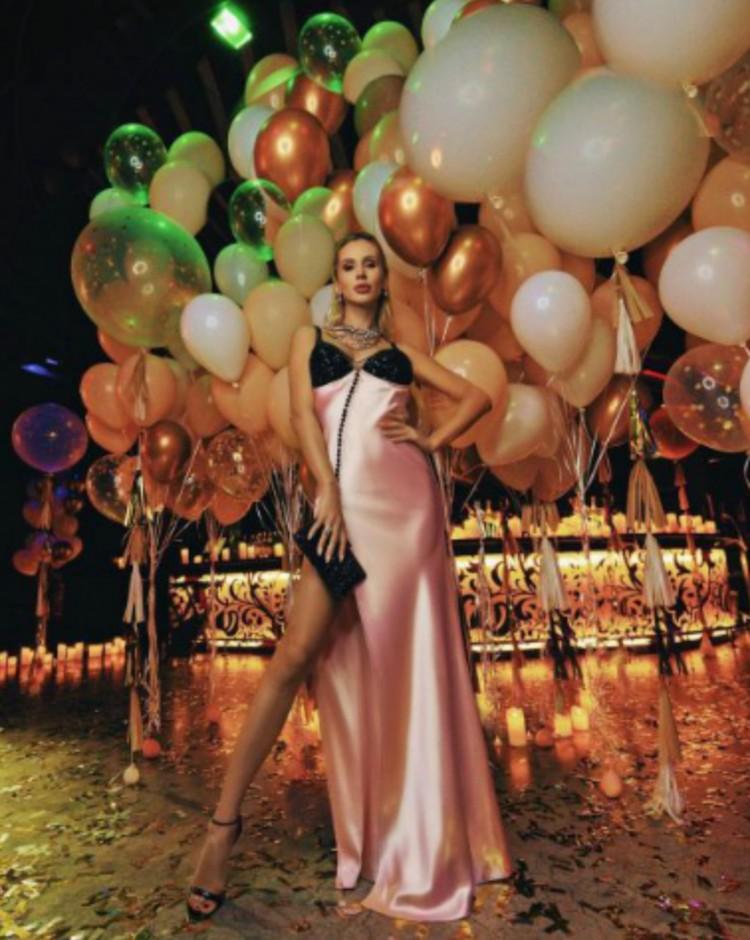 Чтобы выглядеть неотразимой и женственной, советуем прикупить роскошный пеньюар или платье-комбинацию, как у Светланы Лободы.