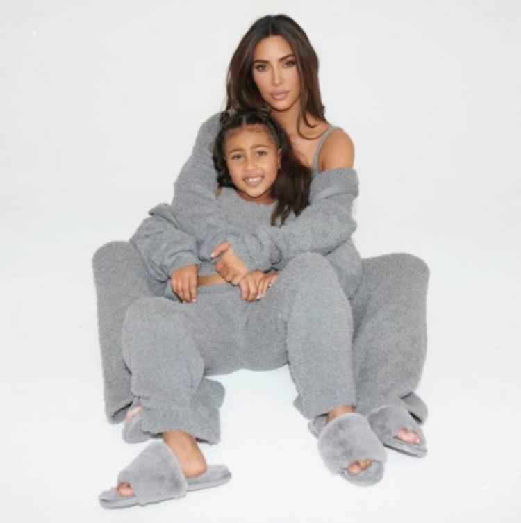 Ким Кардашьян с дочкой Норт - выбирают тапки из меха норки.