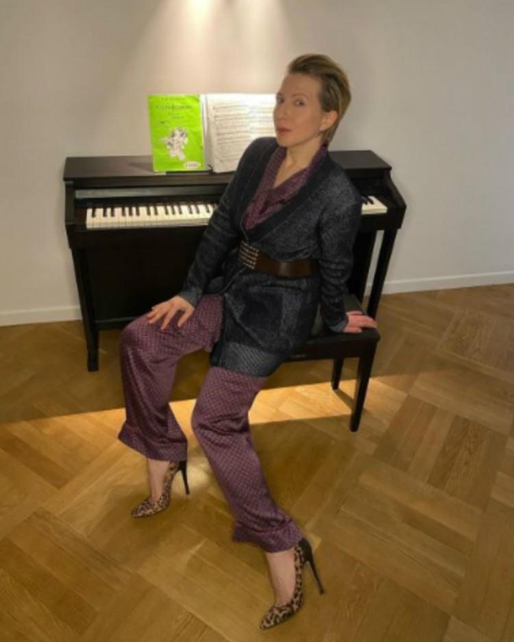 Яна Чурикова умело миксует пижамный костюм со шпильками.