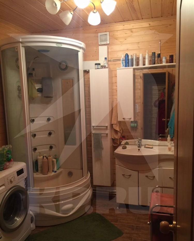 Загородный дом Валентины Легкоступовой, в зеркале осталось ее отражение. Фото: Авито.