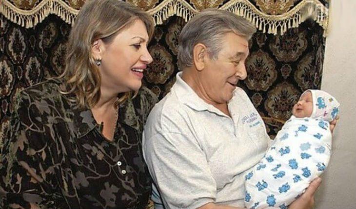 Александр Белявский с женой и новорожденной дочкой