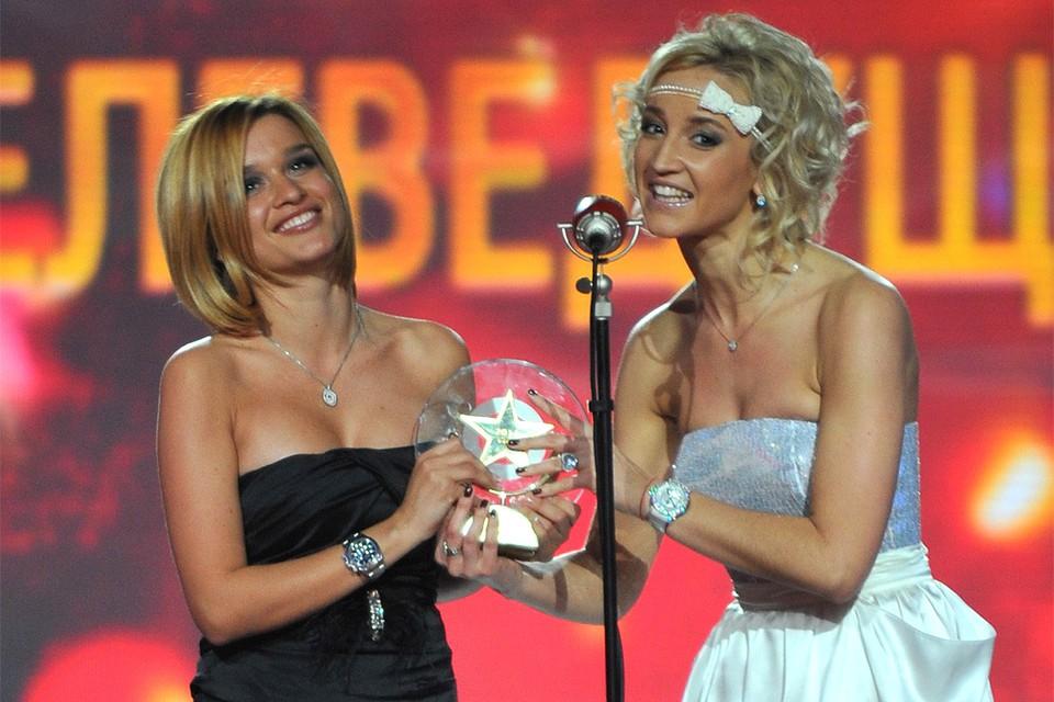 2011 год, Ксения Бородина и Ольга Бузова получают награду премии как лучшие телеведущие года.