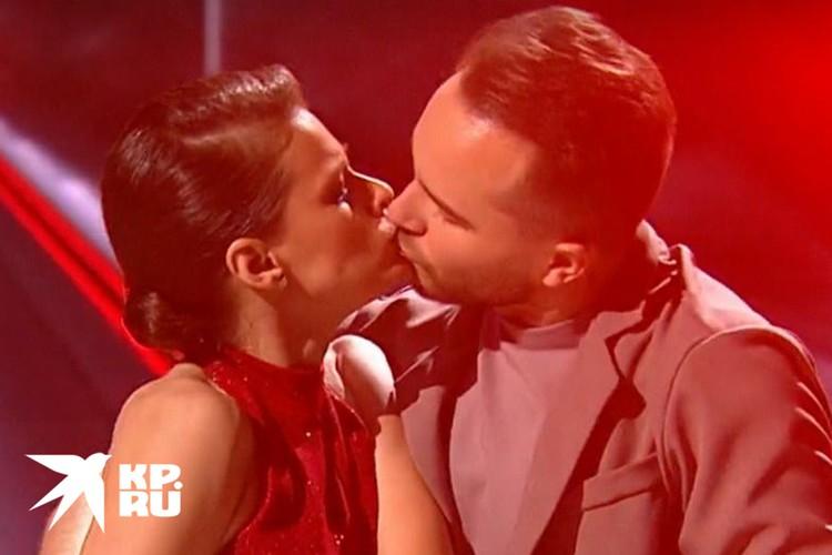 Страстный поцелуй во время съемок телешоу