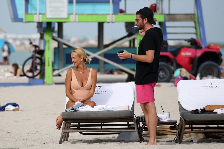 Компанию Виктории на пляже составил темноволосый мужчина.