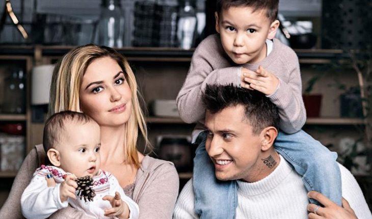 Агата Муцениеце с Прилучным и детьми