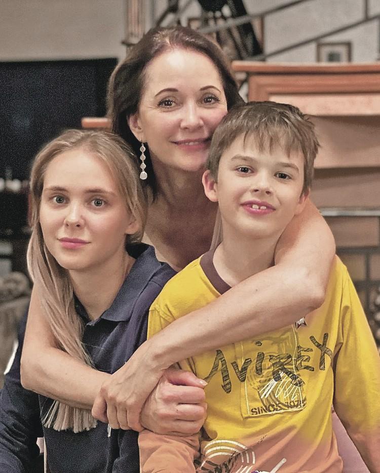 Актриса с дочкой Татьяной от первого брака и сыном Виктором от второго мужа.