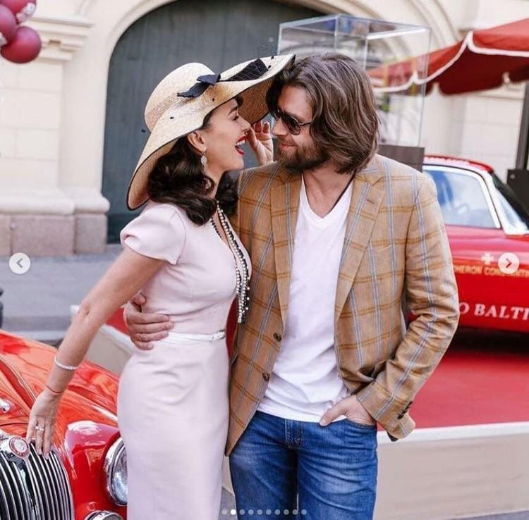 На одном из опубликованных Навкой снимков Петр позирует вместе с женой Анастасией Заворотнюк. Фото: Инстаграм.