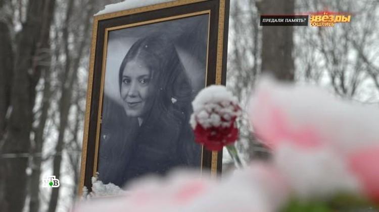 Друзья и поклонники Людмилы Петровны гадают, почему сын по сей день не установили на погосте достойный памятник