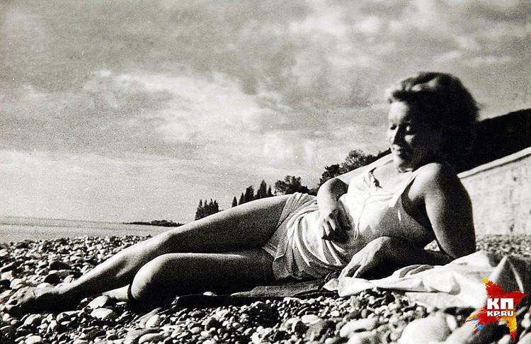 Любовь Орлова нежится на пляже в Гаграх в перерывах между съемками фильма «Веселые ребята». Фото: Собрание Александра Добровинского