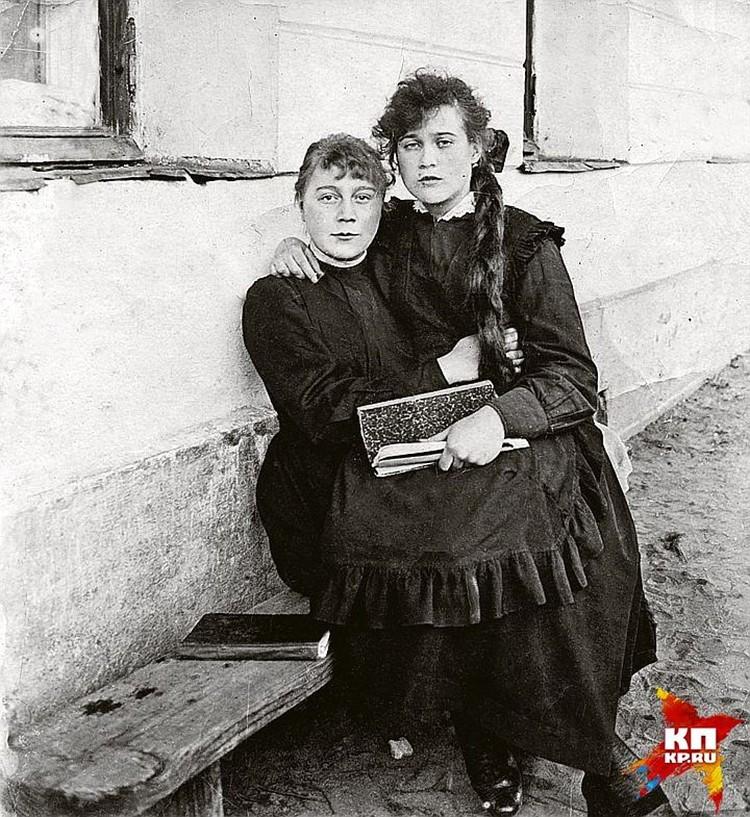Любовь Орлова (справа) со старшей сестрой Нонной. Москва. 1916 - 1917 годы. Фото: Собрание Александра Добровинского