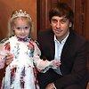 Как Галкин, Кудрявцева и другие звезды с детьми украсили елки к Новому году