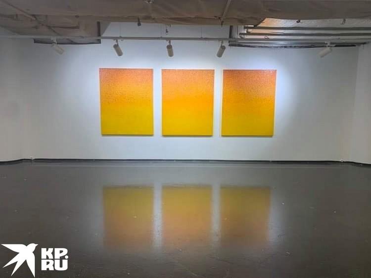 Огромные квадратные полотнища на белой стене, выкрашенные преимущественно в оранжевые или в синие цвета.