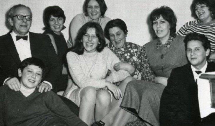 Татьяна Толстая (в середине) с семьей
