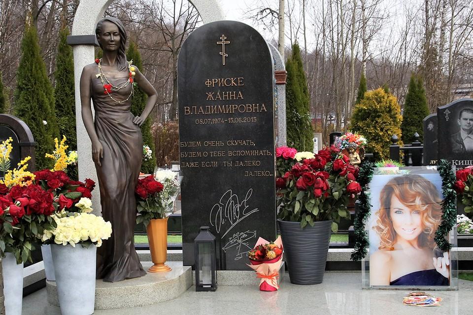 Памятник на могиле Жанны Фриске на Николо-Архангельском кладбище.