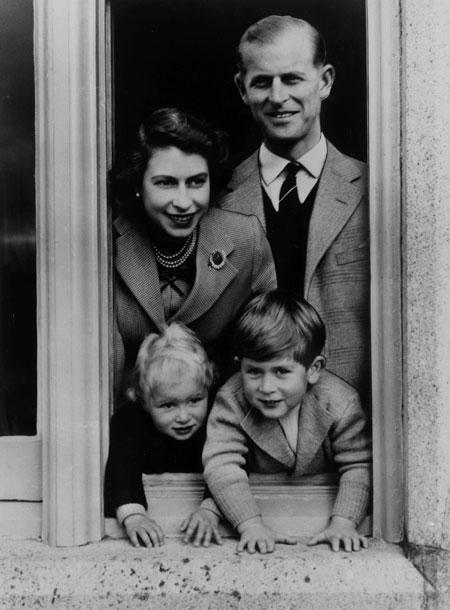 Елизавета II и принц Филипп с детьми