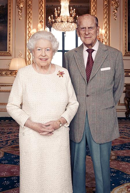 Елизавета II и принц Филипп не устраивали никаких торжеств по случаю юбилея. 70-летие совместной жизни они отметили парадной фотосессией, созданной британским фотопортретистом Мэттом Холиоуком. На Елизавете II платье королевского дизайнера Анджелы Келли, которое она надевала десять лет назад на празднование 60-летнего юбилея своего брака с принцем Филипом, а также брошь, подаренная ей супругом в 1966 году