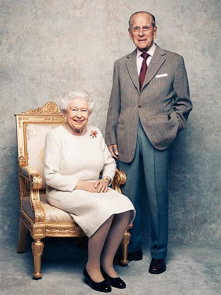 На Елизавете II платье королевского дизайнера Анджелы Келли, которое она надевала десять лет назад на празднование 60-летнего юбилея своего брака с принцем Филипом, а также брошь, подаренная ей супругом в 1966 году