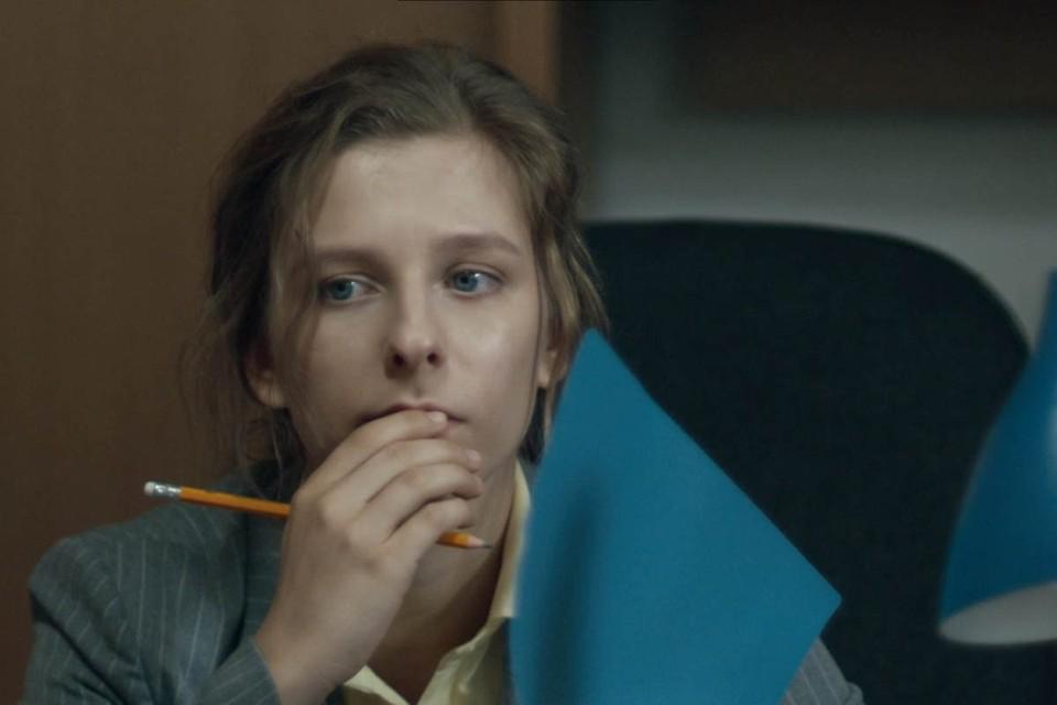 Скромница Маша (Лиза Арзамасова) размышляет о том, как ей устроить свою личную жизнь. Фото: Кадр из фильма