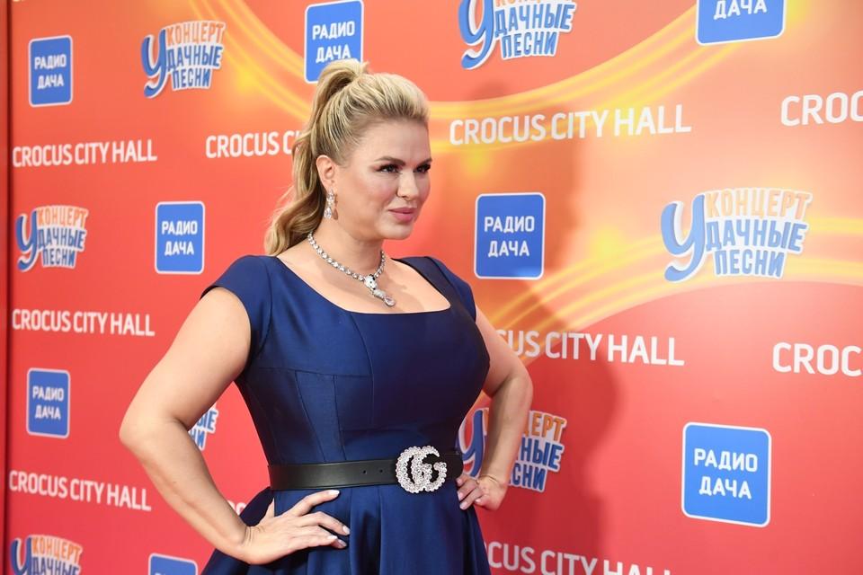 Анна Семенович в дорогих украшениях стала главной звездой вечера.