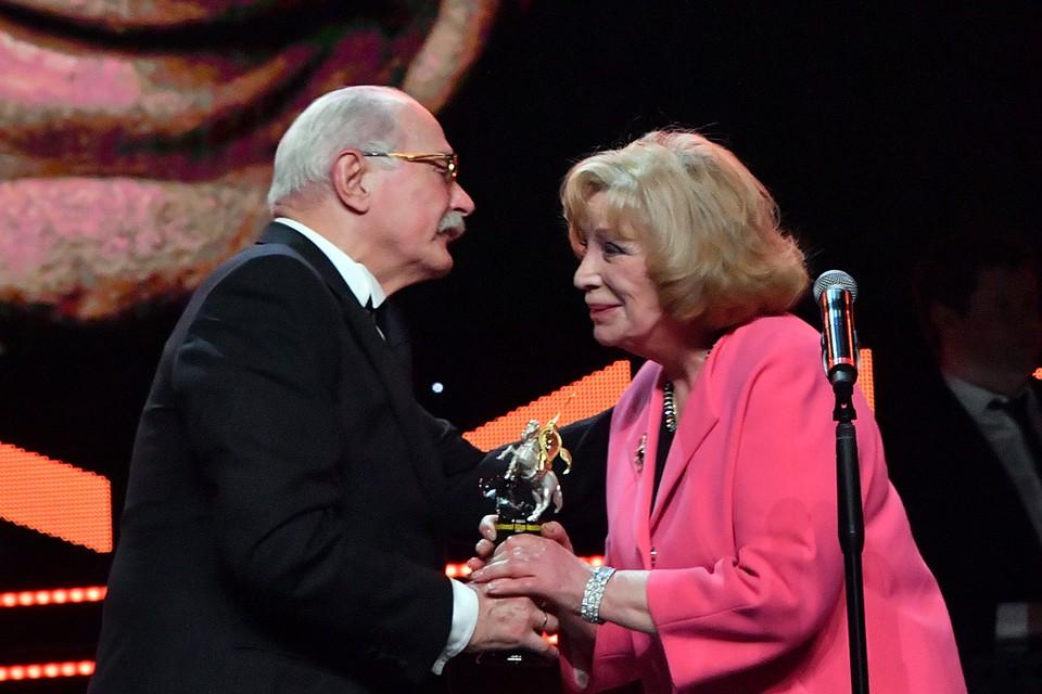Никита Михалков передал Ольге Остроумовой награду в память о Валентине Гафте