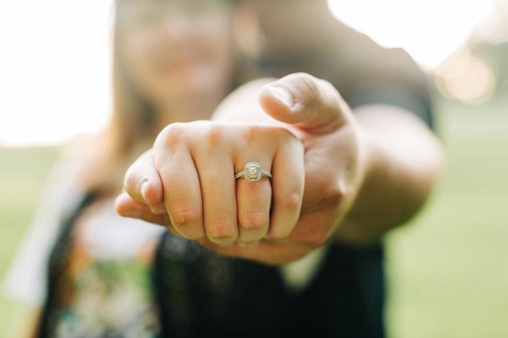 Не нужно покупать кольцо свободнее, ведь, если станет нужно, проще будет его раскатать в ювелирной мастерской