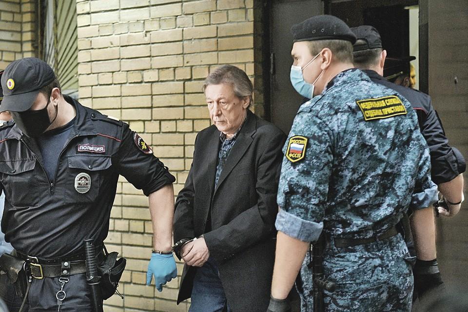 По прикидкам адвокатов, Ефремов пробудет в Москве под домашним арестом довольно долго. Фото: Евгений БИЯТОВ/РИА Новости