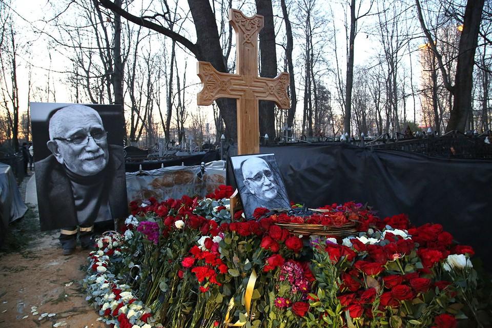 Армен Джигарханян скончался 14 ноября 2020 года, ему было 85 лет. Согласно его воле, его похоронили на Ваганьковском кладбище рядом с дочерью Еленой.