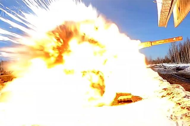Танк, подорванный управляемой ракетой «Вихрь» вовремя испытаний наполигоне Минобороны России.