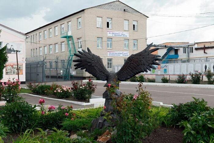Утро заключенных здесь начинается с построения перед дежурной частью