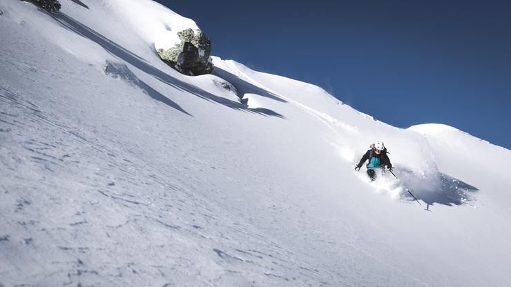 В случае, если под вашими ногами начинается лавина (что может случиться при катании на лыжах или сноуборде), действуйте быстро и попытайтесь прыгнуть вверх по склону выше линии излома