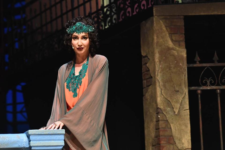 Ольга Бузова в спектакле о Сталине «Чудесный грузин» на сцене МХАТа имени Горького.