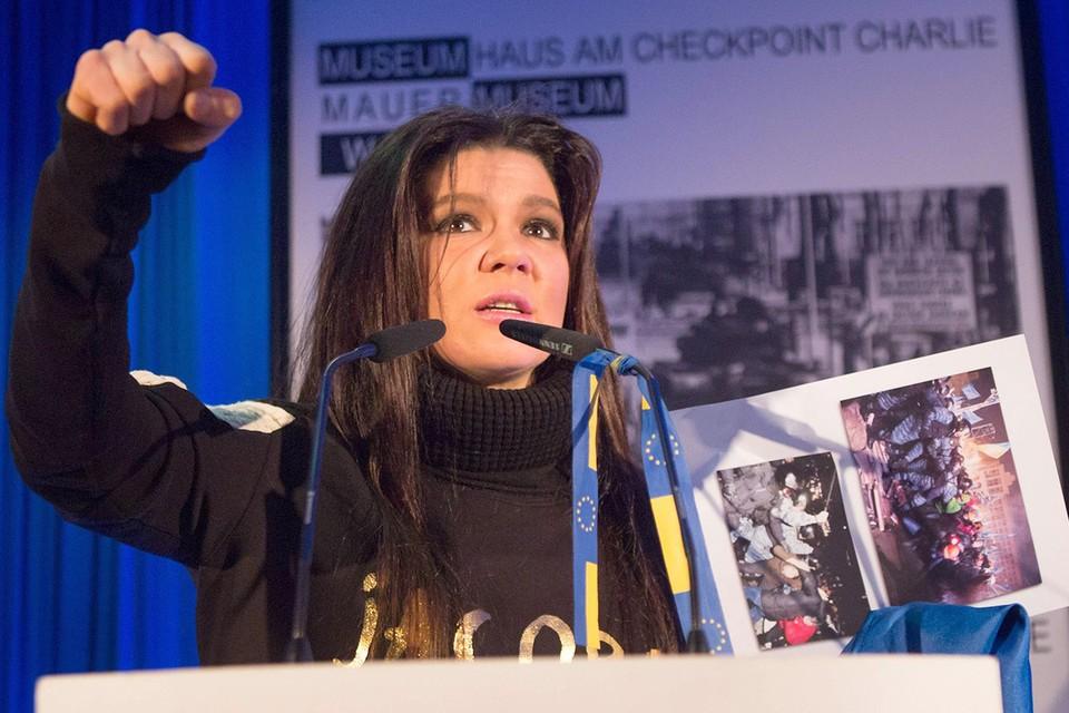 Украинская певица Руслана во время выступления на конференции по проблемам демократии, 2014 г.