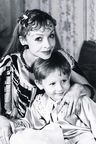 Из-за работы звезда уделяла сыну мало внимания, так что в детстве мальчик называл мамой бабушку, а на вопрос, кто такая Наталья Седых, отвечал — «Балерина»