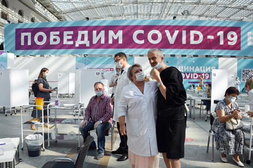 Константин Богомолов посетил 12 июля 2021 Гостиный двор, чтобы раздать автографы вакцинированным и подарить билеты в театр