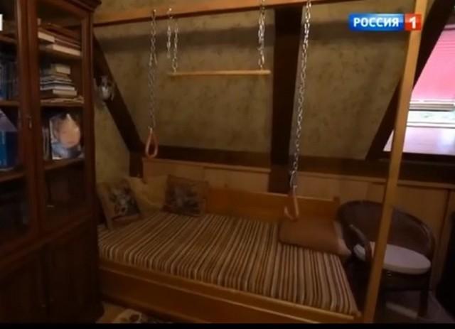 Спальня была на втором этаже. Он постоянно занимался для поддержания физической формы